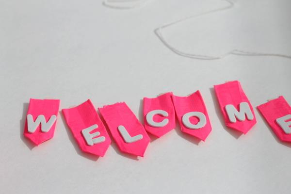 making of weclome banner for wreath